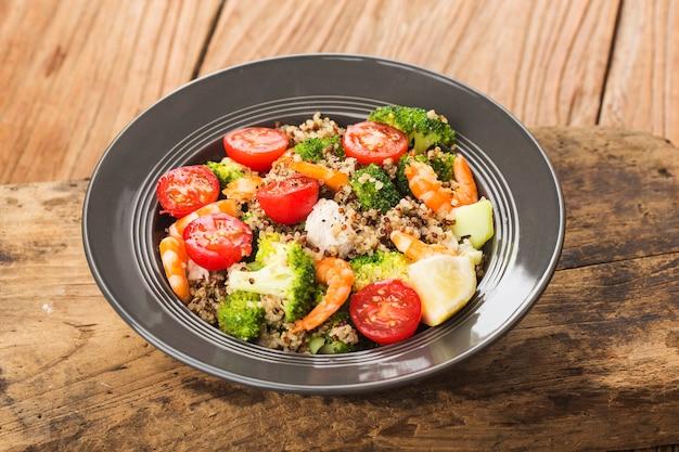 Salada de trigo sarraceno com brócolis, camarão no peito de frango, salada de quinoa de três cores. superalimento e conceito de alimentação saudável.
