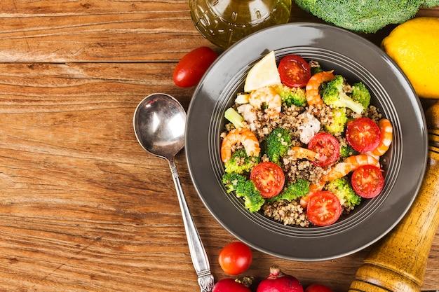 Salada de trigo sarraceno com brócolis camarão no peito de frango,