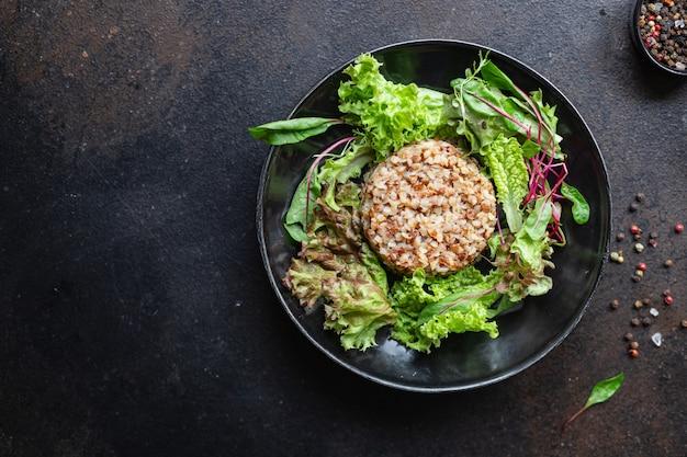 Salada de trigo sarraceno salada de alface dieta vegan ou comida vegetariana