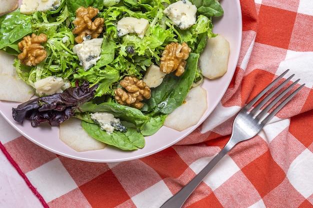 Salada de variedade de alface caseira com queijo roquefort, nozes e pêra