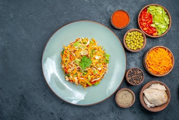 Salada de vegetais com diferentes ingredientes em alimentos maduros de salada escura