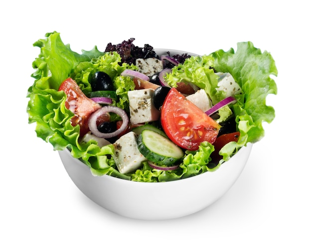 Salada de vegetais fresca saborosa em uma tigela sobre fundo branco