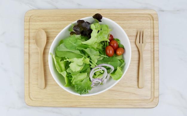 Salada de vegetais frescos saudável ou menu de dieta