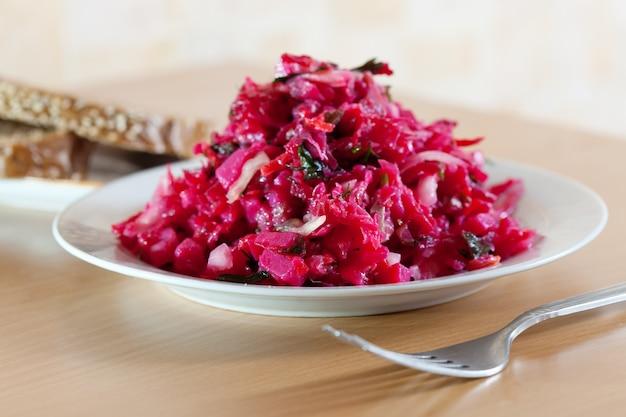 Salada de vegetais na mesa