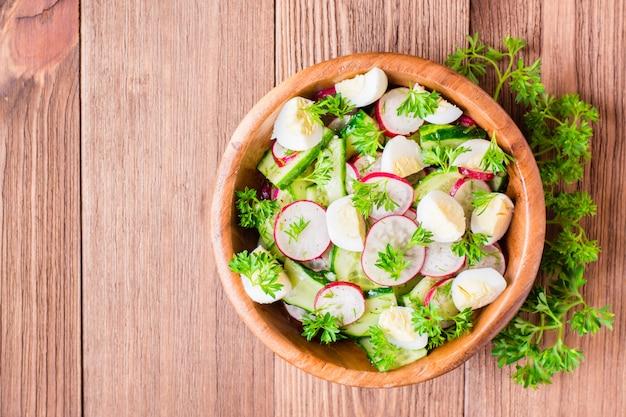Salada de vegetais primavera em uma placa de madeira