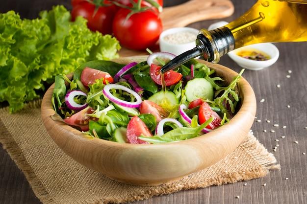 Salada de vegetais saudável e fresca
