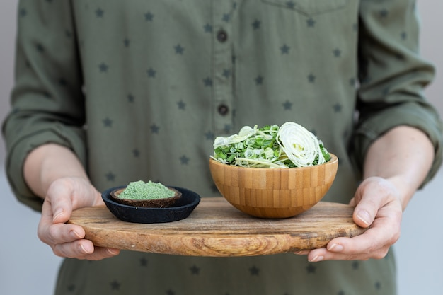 Salada de vegetais secos ao lado do pó verde usado para comida vegana