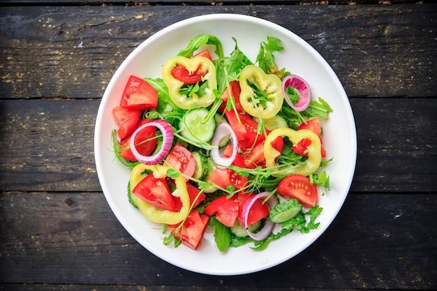 Salada de vegetais tomate fresco pepino pimenta cebola azeite refeição vegetariana saudável lanche