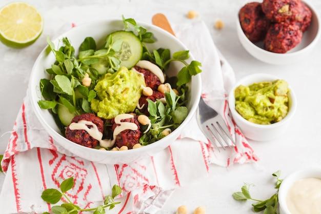 Salada de vegetais verdes com almôndegas de beterraba