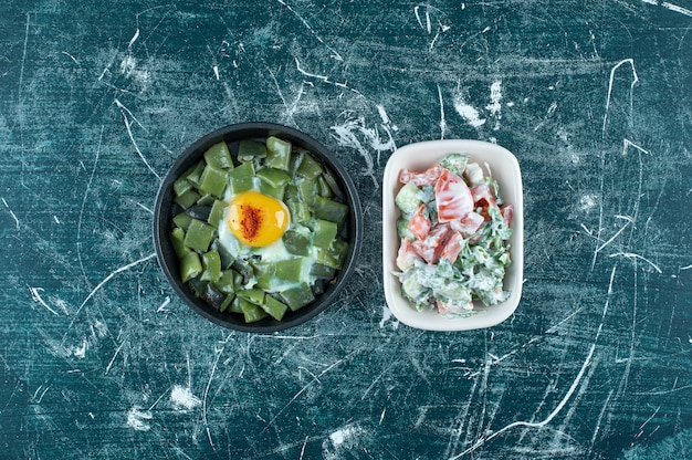 Salada de vegetais verdes em um prato de cerâmica branca. foto de alta qualidade