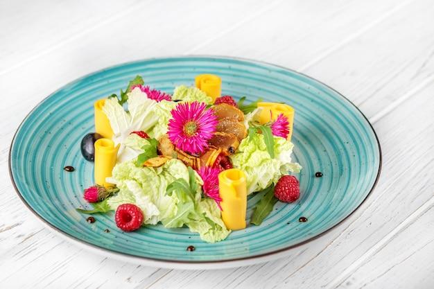 Salada de vegetais. vista do topo. verão e festa.
