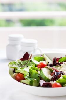 Salada de verão com folhas de alface