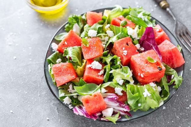 Salada de verão com folhas de melancia e salada