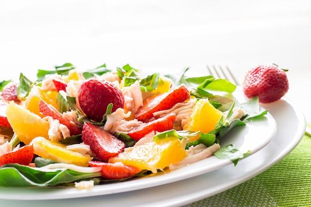 Salada de verão com morangos, laranja e frango
