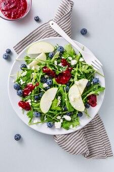 Salada de verão com salada de folhas, frutas, frutas e queijo