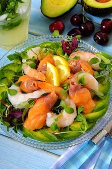 Salada de verão com salmão e camarão