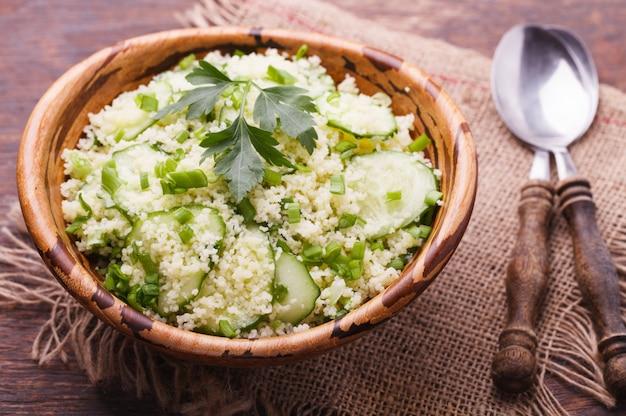 Salada de verão, cuscuz com pepino e cebola verde.