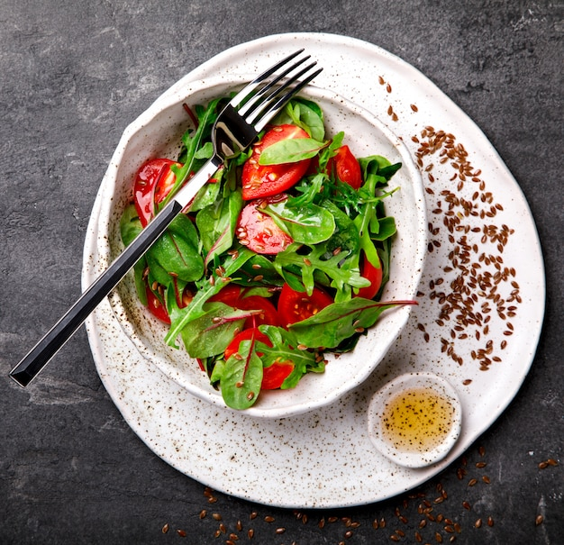 Salada de verão de verduras frescas. comida para uma festa.