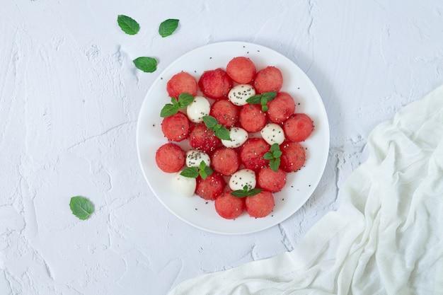 Salada de verão saudável de melancia, mussarela, folhas de hortelã e sementes de chia vista superior