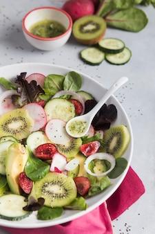Salada de verão verde vista alta