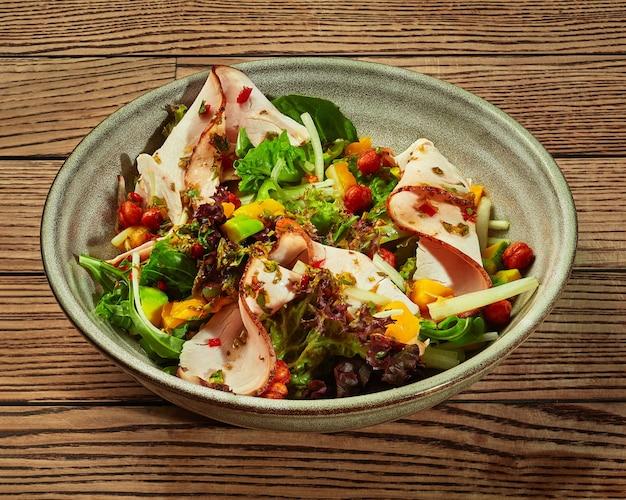 Salada de verduras com abacate, presunto de manga e grão de bico frito