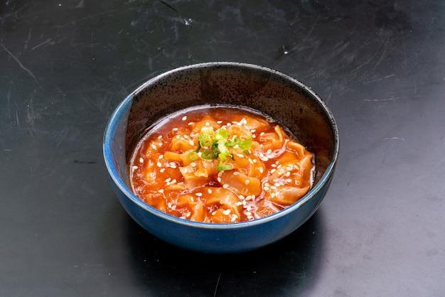 Salada de vieiras com óleo de gergelim