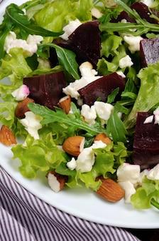 Salada de vinagrete com beterraba, alface, rúcula feta e amêndoas