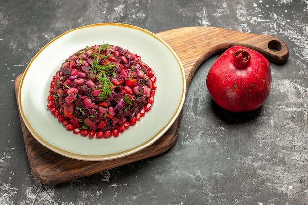 Salada de vinagrete com beterraba e feijão na mesa escura
