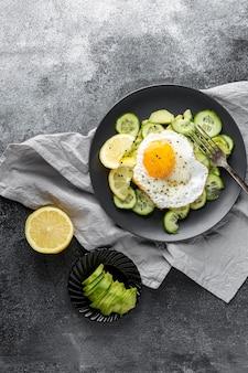 Salada de vista superior com ovo frito