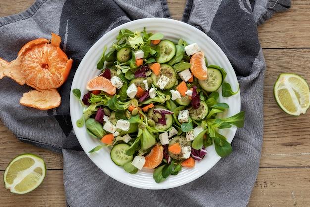 Salada de vista superior de frutas e legumes