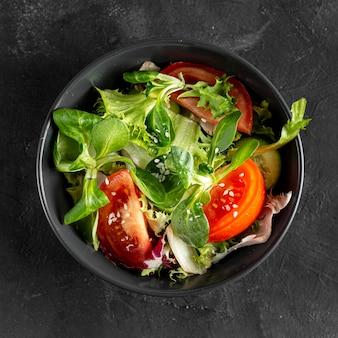 Salada de vista superior em tigela escura