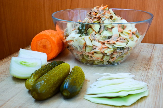 Salada de vitamina repolho, cenoura, cebola, pepino em conserva, carne na madeira. alimentação saudável. caseiro.