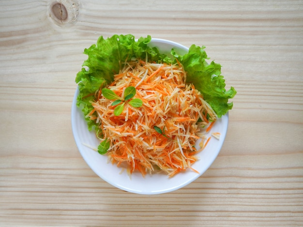 Salada de vitaminas com raiz de aipo, cenoura e maçã