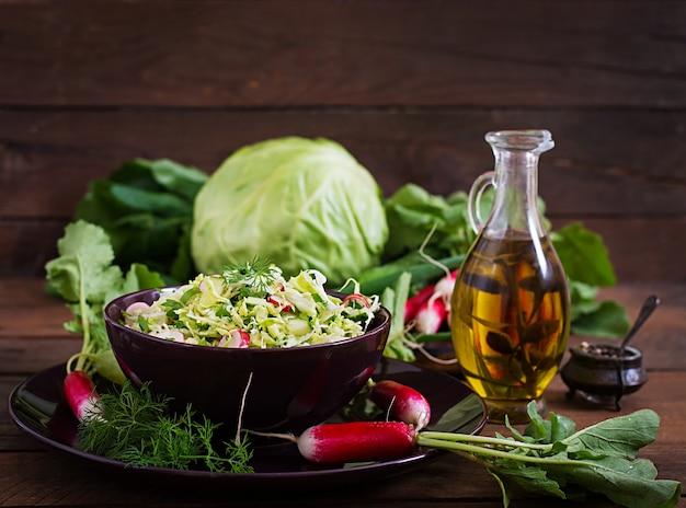 Salada de vitaminas de legumes jovens: repolho, rabanete, pepino e ervas frescas