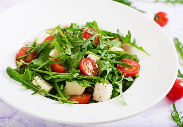 Salada de vitaminas de tomate fresco, ervas, queijo feta e sementes de linho. menu dietético. nutrição apropriada.