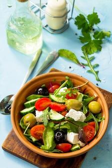 Salada de vitaminas de verão salada grega com legumes frescos, queijo feta e azeitonas pretas