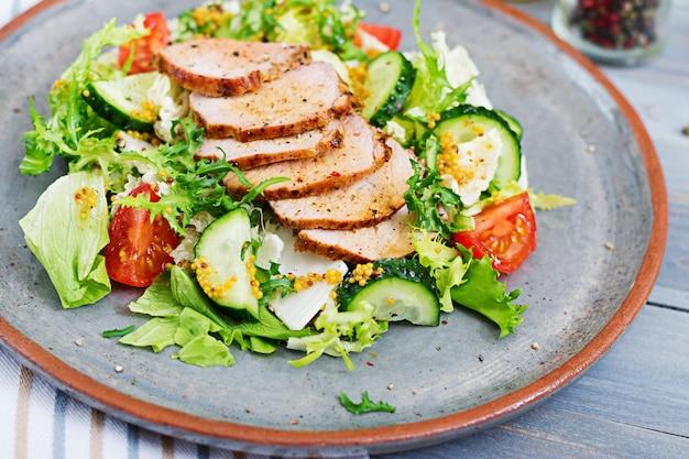 Salada de vitela com legumes frescos. comida dietética. salada de carne.