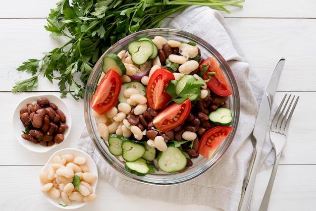 Salada deliciosa com feijão conceito
