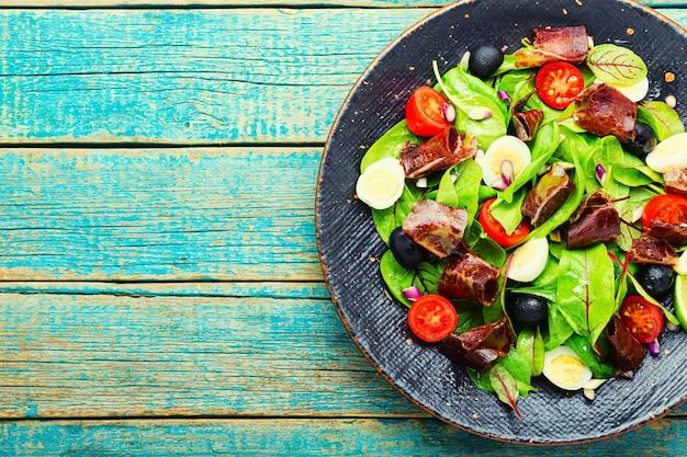 Salada deliciosa com vegetais, ervas e presunto