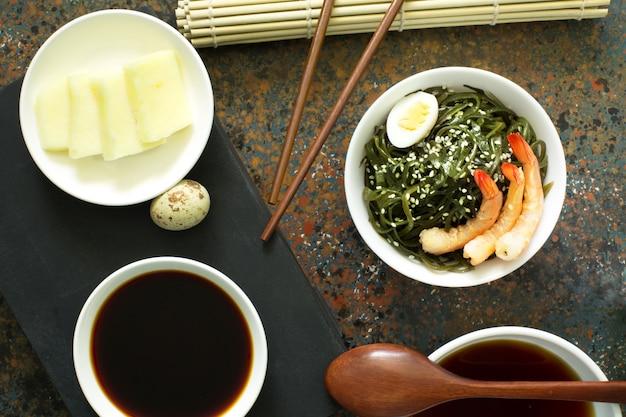 Salada deliciosa de algas frescas