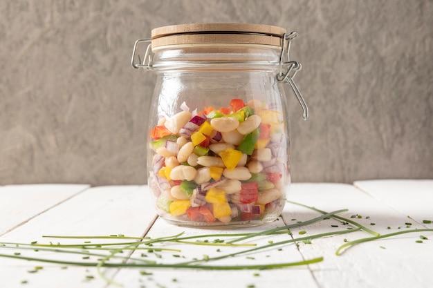 Salada deliciosa de feijão em uma vista frontal do frasco