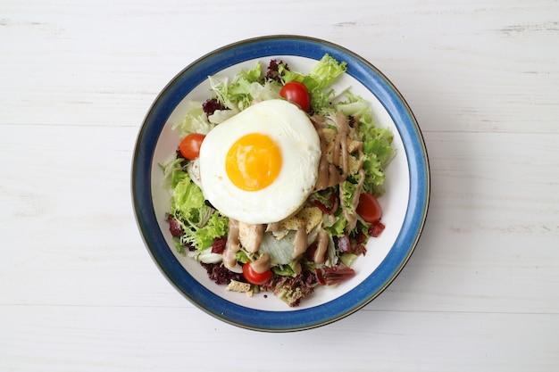 Salada deliciosa refeição com queijo carne legumes e ovo