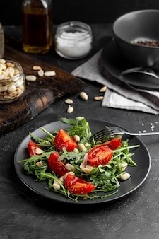 Salada deliciosa vista alta na mesa escura