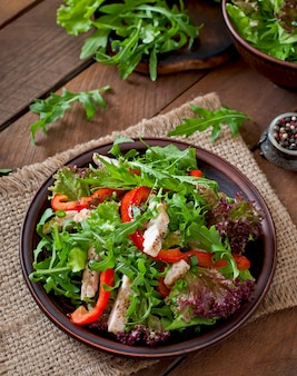 Salada dietética com frango, rúcula e pimentão doce