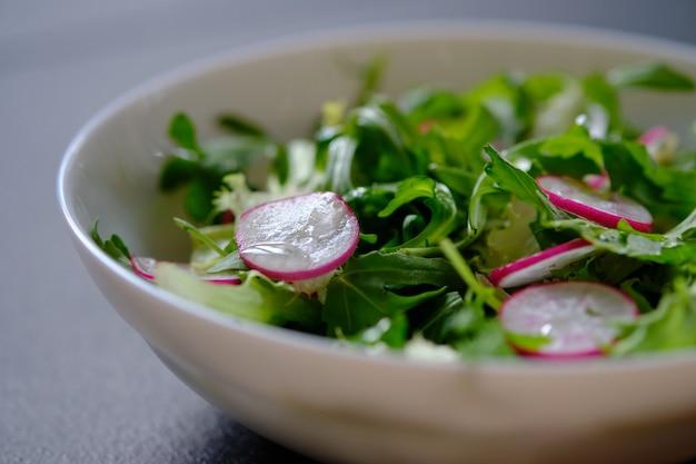 Salada dietética com rúcula e rabanete. dieta. salada vegetariana.