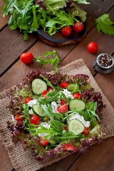 Salada dietética útil com queijo cottage, ervas e legumes