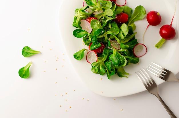 Salada do legume fresco do rabanete, dos tomates e da salada de milho ou do locusta do valerianella.