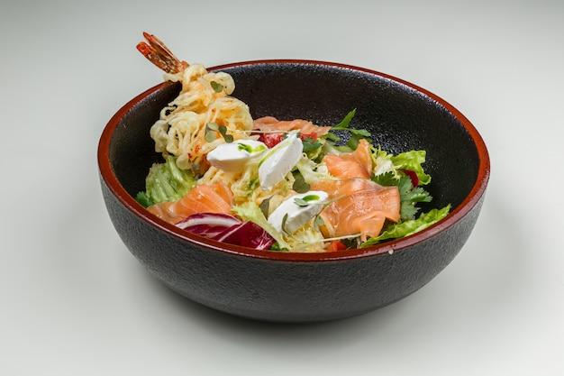 Salada do mar com peixe e camarão