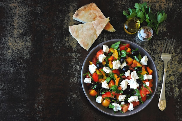 Salada do oriente médio com azeitonas, queijo feta e salsa. salada vegetariana colorida saudável. salada árabe fresca. keto dieta.
