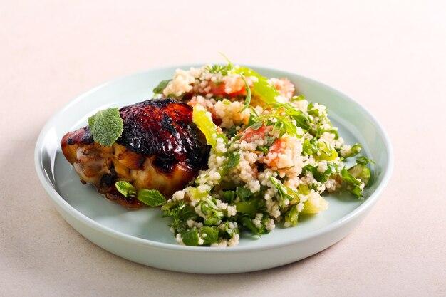 Salada e coxa de frango glaceada, no prato